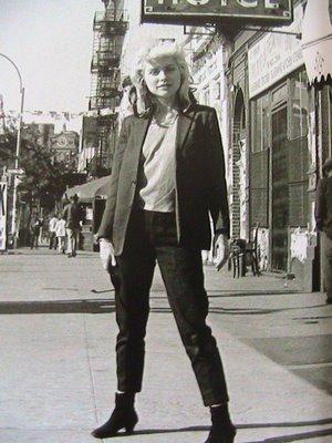 debbie-harry-devant-le-cbgb-1977